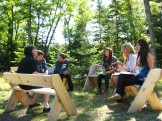 Estudiantes conversan en el aire libre